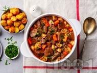 Рецепта Задушено телешко по бургундски с бут, гъби, моркови, бекон и лук арпаджик (яхния)